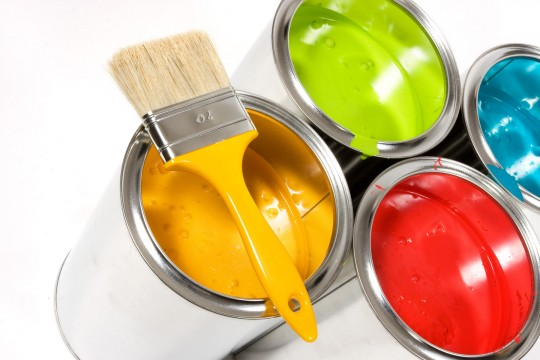 Чем отличается фасадная краска от интерьерной?